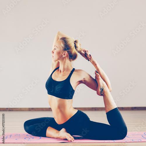 Obraz na płótnie Young beauty woman in yoga position