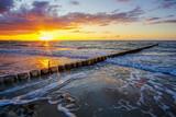 Wellenbrecher im Sonnenuntergang