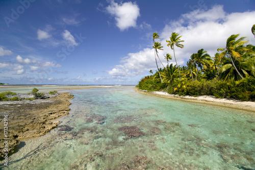 Fotobehang Tropical strand Südsee atoll mit Traumstrand palmen und türkis grünem Wasser tauch und Segelparadie