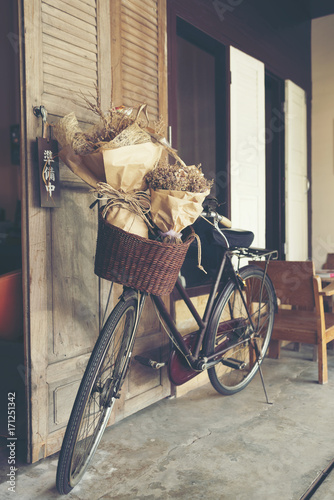 Spoed canvasdoek 2cm dik Fiets Bouquet of flowers on the old bicycle.