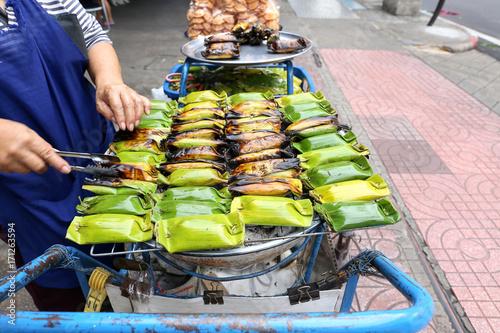 Fotobehang Bangkok Local seller make Thai roasted sweet sticky rice in banana leaf at Sanam Pao, Bangkok, Thailand