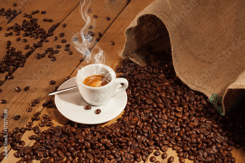 Papiers peints Café en grains Cup of coffee with toasted beans, still life