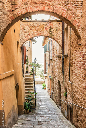 Poster Smal steegje Beautiful narrow street in Montepulciano in Tuscany Italy. Montpulciano is famous for its wine.