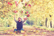 lachender Junge im Herbst