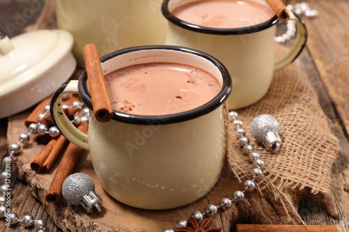 Aluminium Chocolade hot chocolate with cinnamon stick