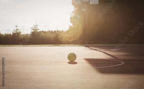 Aluminium Basketbal basketball playground and ball at sunset