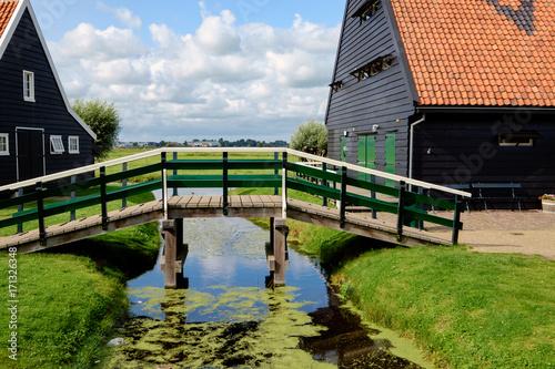 Fotobehang Bruggen Brücke über einen Kanal