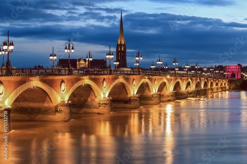 mata magnetyczna Pont de Pierre bridge at twilight, Bordeaux, France