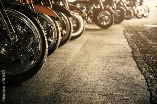 In de dag Fiets Motorcycles in a row
