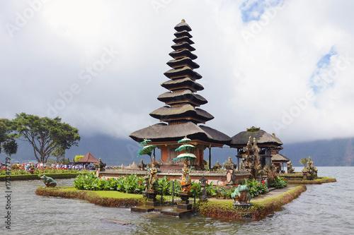 Papiers peints Bali Pura Ulun Danu Beratan water temple on Bali, Indonesia