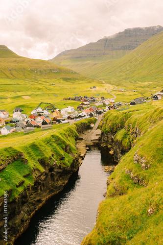 Fotobehang Honing Un village des iles Féroé devant un fjord