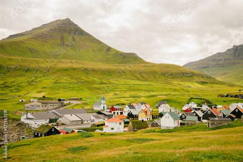 Foto op Canvas Europa Maisons traditionnelles des Féroé devant une montagne