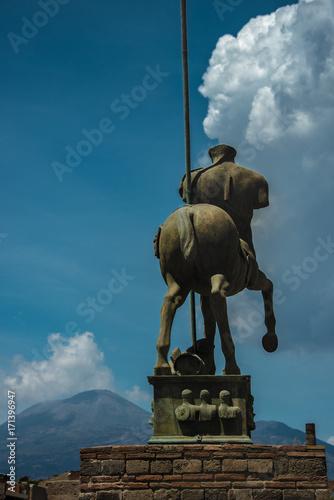 Papiers peints Naples Reiterstandbild vor Vesuv
