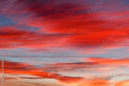 Foto op Canvas Rood traf. Cielo con nubes al atardecer.