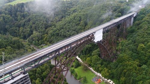 In de dag Spoorlijn アーチ橋 鉄橋 ドイツ ドローン 107m ミュングステナー橋 Germany ゾーリンゲン 森 鉄道 9月