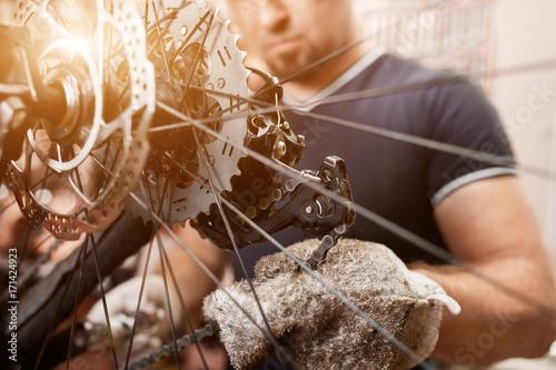 Mechanik rowerowy w warsztacie w procesie naprawy