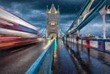 Auf der Tower Bridge in London im Herbst mit Schneeregen und vorbeifahrendem, roten Bus