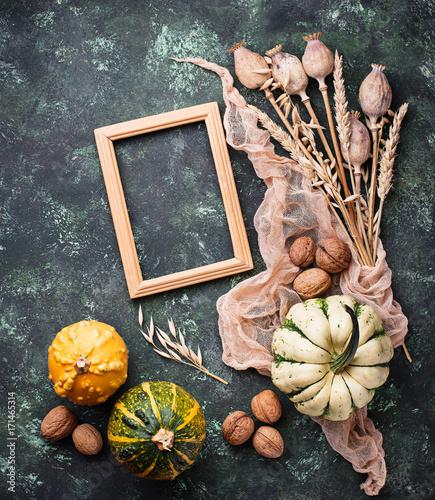 Foto op Plexiglas Klaprozen Autumn background with pumpkins and nuts.