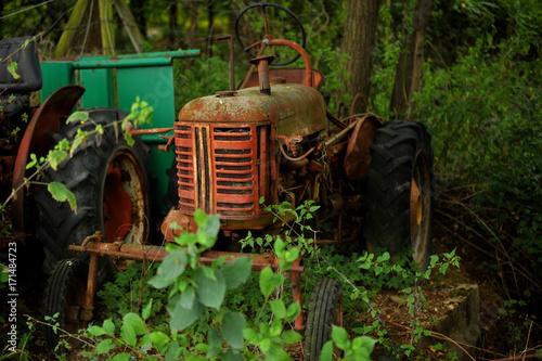 Fotobehang Trekker Machine agricole et tracteur abandonné