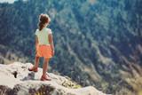 Bambina in cima ad una montagna in estate