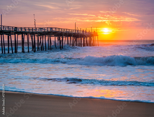 Foto op Canvas Zee zonsondergang Sunrise over fishing pier at North Carolina Outer Banks