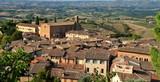 Altstadt von San Gimignano mit der Landschaft der Toskana im Hintergrund - 171529745