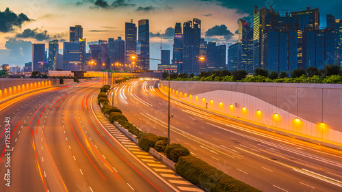 In de dag Nacht snelweg Road to Singapore City, Movement of car light with Singapore cityscape skyline during sunset.