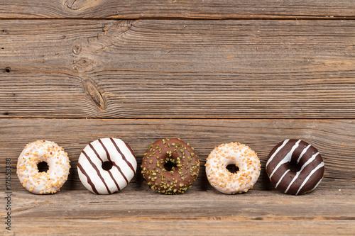 Donuts auf Holzhintergrund Poster