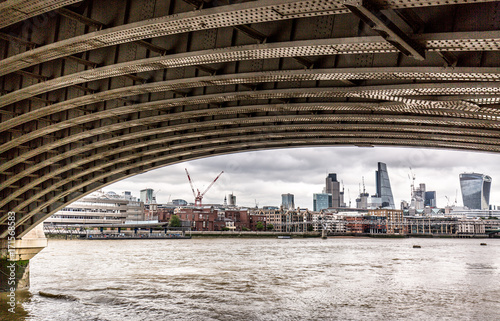 Spoed canvasdoek 2cm dik London London skyline view from under a bridge