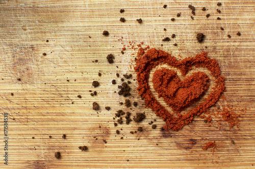 Serce usypane z przyprawy chilli i kawy rozpuszczalnej.
