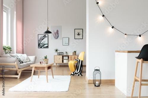 Lighting in bright living room - 171599153