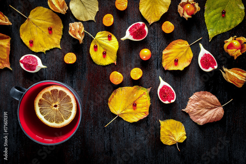 Concept of cold autumn - tea, leaves on dark wood - 171601391