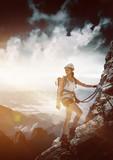 Frau an einem Klettersteig (Via Ferrata)
