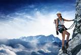 Frau an einem Klettersteig (Via Ferrata) - 171618729
