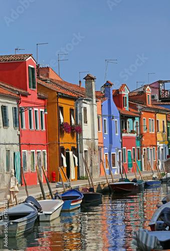 Papiers peints Venise colored houses in the island of Burano in Venice and the reflect