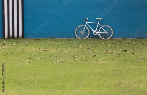 Fotobehang Fiets bicycle with wall as blue background
