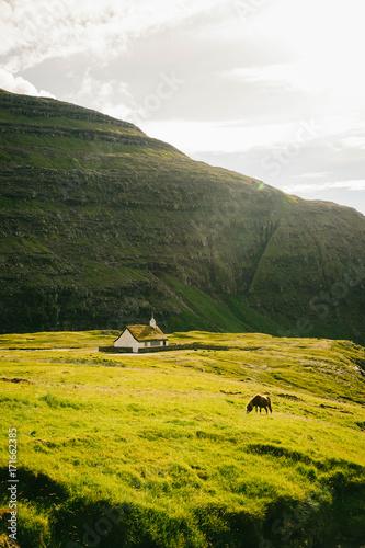 Papiers peints Beige Une église blanche face à une montagne