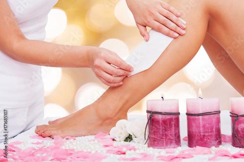 Kosmetyczka Woskowanie Kobiecej Nogi