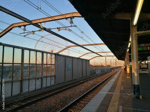 Papiers peints Voies ferrées sdr駅より朝焼けの観覧車を眺む
