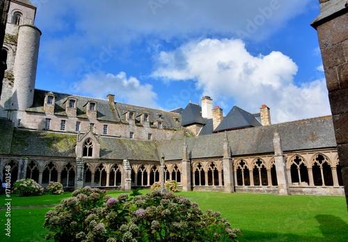 Intérieur de la cathédrale Saint-Tugdual de Tréguier en Bretagne Poster