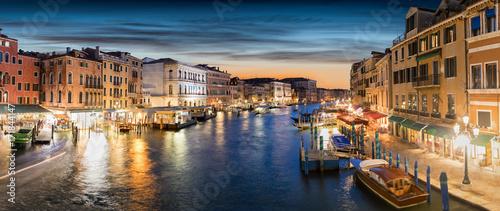 Panoramasicht auf den Canal Grande in Venedig, Italien, kurz nach Sonnenuntergang