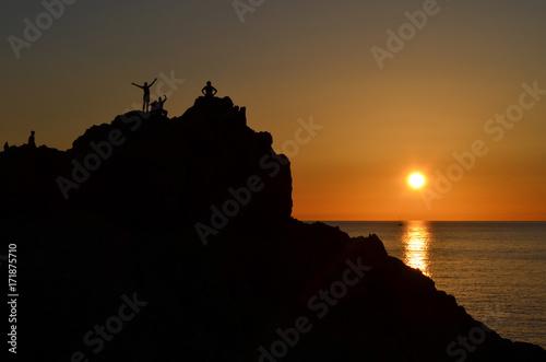 Foto op Plexiglas Zee zonsondergang Gente al tramonto. Felicità e libertà all'orizzonte.