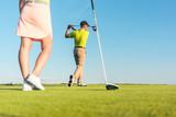 Mann und Frau spielen Golf auf dem Golfplatz - 171889594