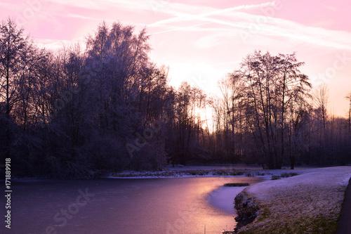 Foto op Plexiglas Aubergine gefrorener Teich im Sonnenuntergang