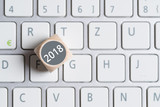 Würfel mit Aufschrift 2018 auf Tastatur