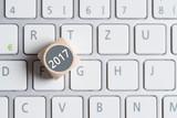 Würfel mit Aufschrift 2017 auf Tastatur