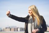 junge Frau macht Selfie an der Berliner Spree