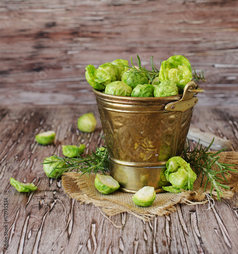 Papiers peints Bruxelles Green raw Brussels sprouts in wooden bowl , selective focus