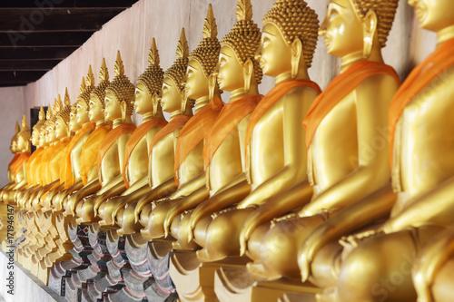 Foto op Canvas Boeddha row of golden buddha statue as background.