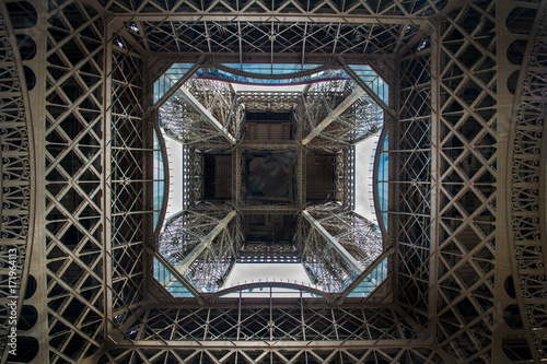 Foto op Plexiglas Eiffeltoren Eiffel Tower symmetrical from below.